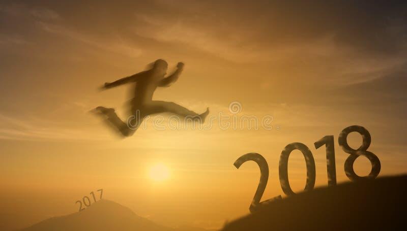 concept réussi de l'homme 2018 courageux, homme de silhouette sautant par-dessus le Th photographie stock libre de droits