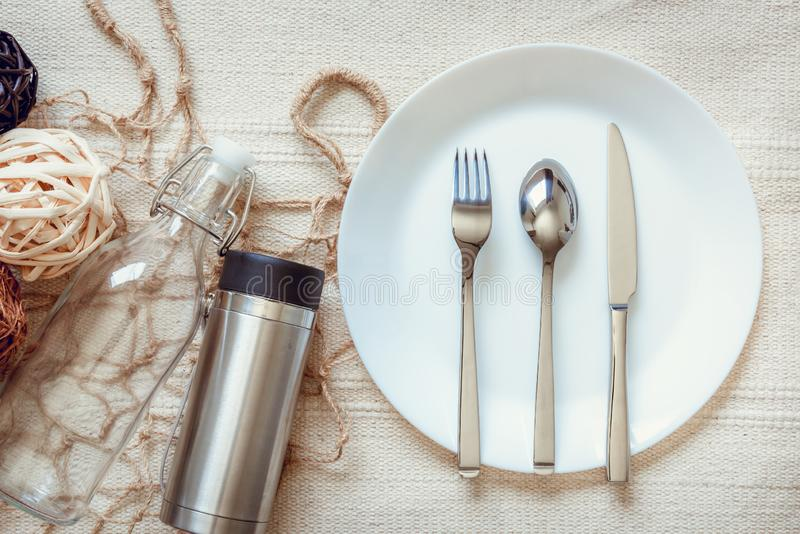 Concept réutilisable vivant et empaquetant d'Eco de produits, conteneurs vides et ménage sur le Tableau avec la fourchette, cuill photo libre de droits