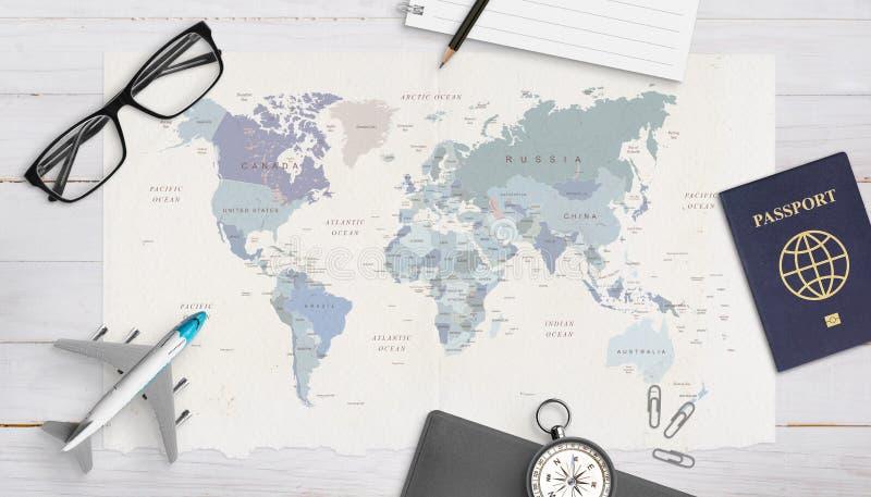 Concept reisorganisatie Vliegtuigmodel, paspoort, kompas, glazen, stootkussen en potlood op wereldkaart royalty-vrije stock afbeelding