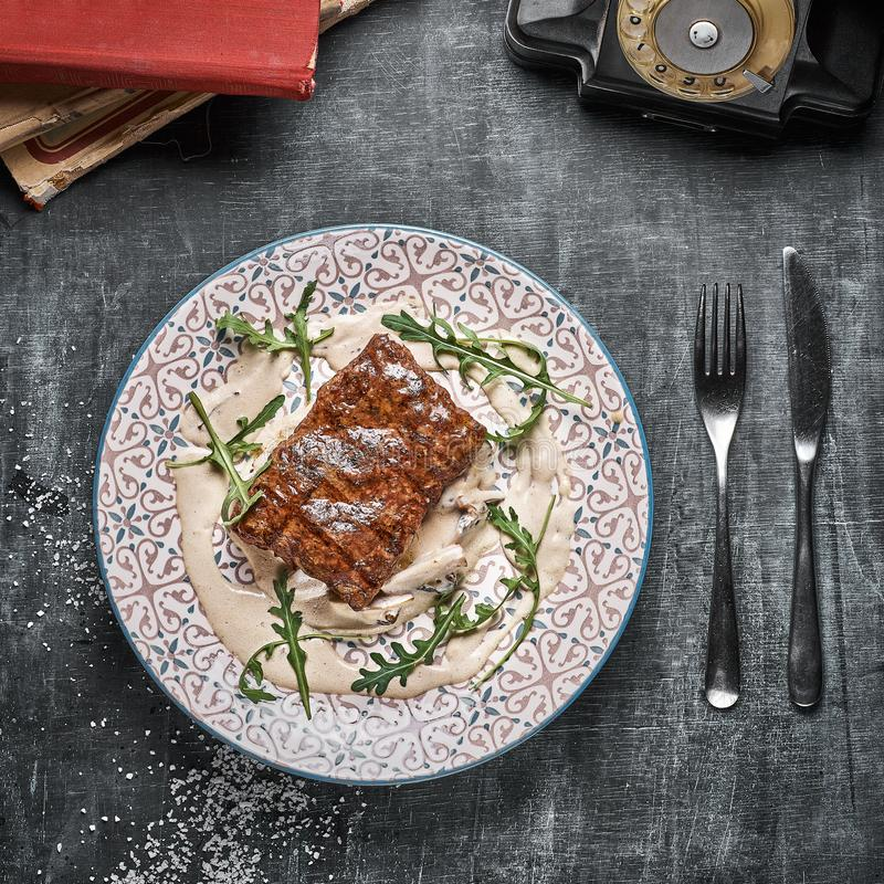 Concept: restaurantmenu, gezond gastronomisch voedsel, eigengemaakt, gulzigheid plaat met lapje vlees en paddestoelsaus op doorst stock foto's