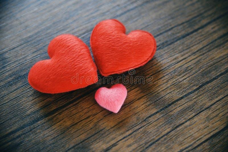 Concept romantique de coeur d'amour de jour de valentines/coeur rouge et rose décoré sur en bois photos libres de droits
