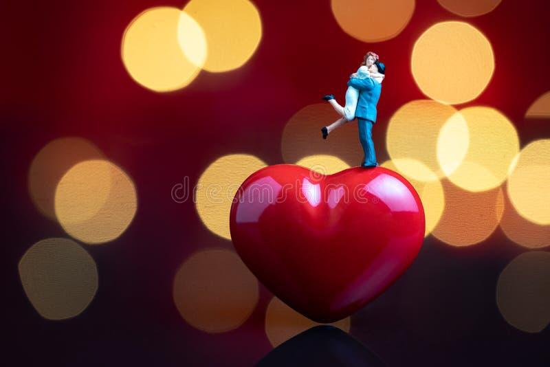 Concept romantique l'épousant doux de jour de nuit, d'anniversaire ou de valentine, jeune couple miniature heureux étreignant et  photographie stock