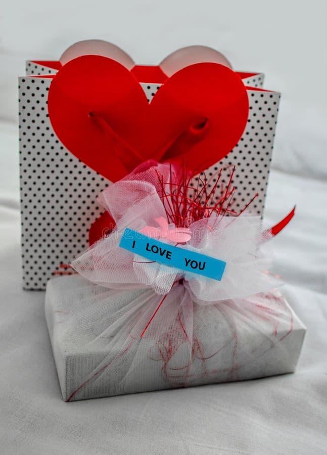 Concept romantique Un cadeau pour son épouse aimée, fille surprise photographie stock libre de droits