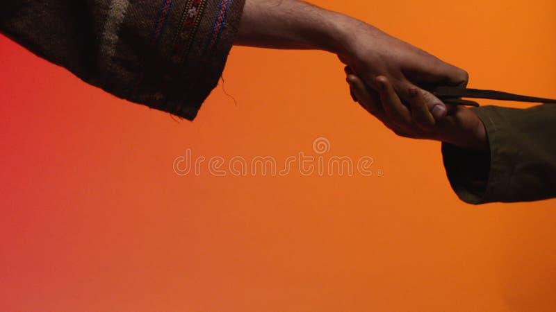 Concept ruilhandel voorraad Het concept ruilhandel en vertrouwen: de menselijke hand die een hulpmiddel in de hand van een andere royalty-vrije stock afbeeldingen