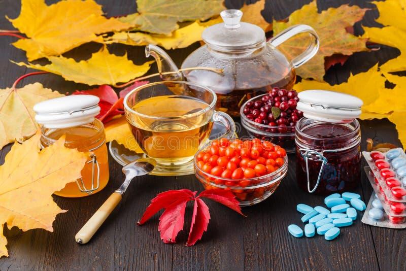 Concept sain de boissons d'automne Tasse de thé avec des baies d'automne photo libre de droits