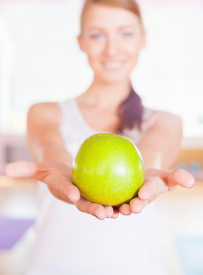 Concept sain de mode de vie avec la belle pomme de vert de holdin de femme image stock