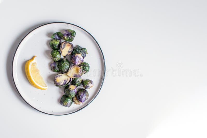 Concept sain de nourriture, suivre un régime, végétarien, vegan - choux de Bruxelles pourpres organiques frits du plat avec le ci images libres de droits