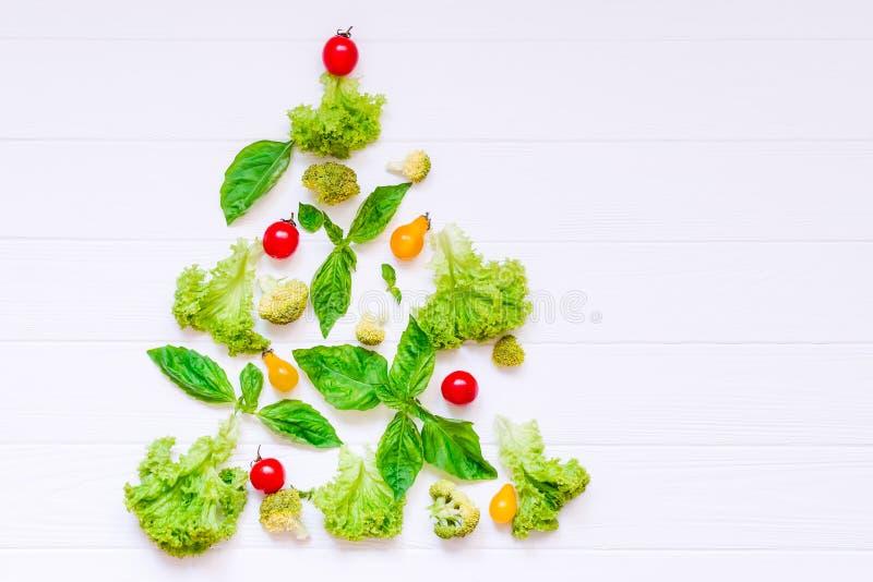 Concept sain de nouvelle année - collection de légumes et de greeens organiques frais sous la forme d'arbre de Noël sur le fond e image libre de droits