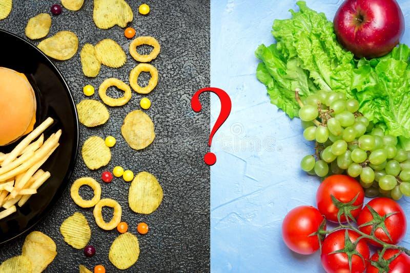 Concept sain de nutrition Fruits et légumes contre le fa malsain images libres de droits