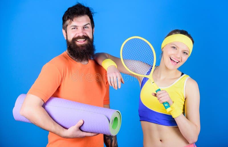 Concept sain de style de vie Couples d'homme et de femme dans l'amour avec le tapis de yoga et l'?quipement de sport Exercices de images libres de droits