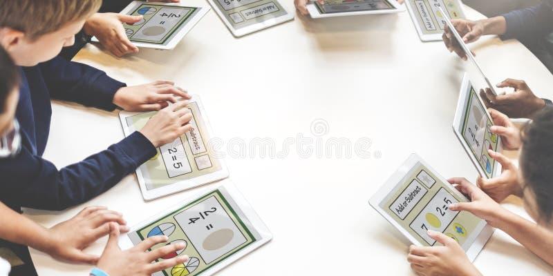 Concept scolaire d'apprentissage en ligne d'écoliers image libre de droits