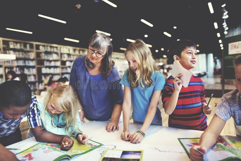 Concept scolaire de géographie d'apprentissage en ligne de Childern d'école photographie stock libre de droits