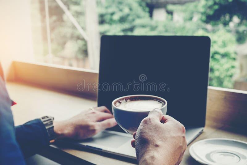 Concept se reliant travaillant de mise en réseau d'ordinateur portable d'homme dans le café images stock