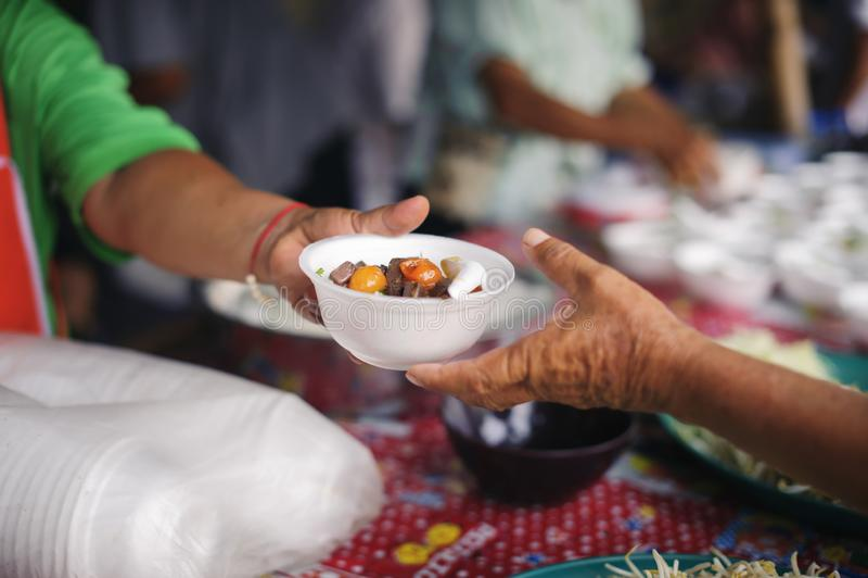 Concept servant la nourriture libre aux pauvres : Nourriture libre, utilisant des restes pour alimenter l'affamé : Concept de nou photos libres de droits