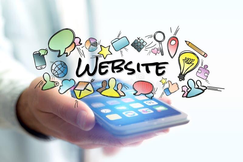 Concept smartphone van de mensenholding met websitetitel en multime stock afbeeldingen