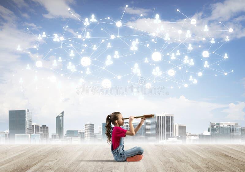 Concept sociaal draadloos verbinding en Internet-gebruik voor mededeling door kinderen stock foto's