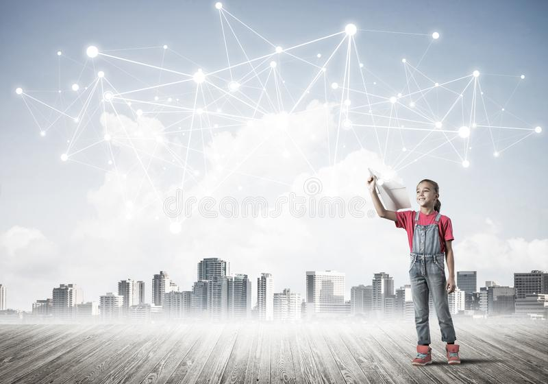 Concept sociaal draadloos verbinding en Internet-gebruik voor mededeling door kinderen stock foto