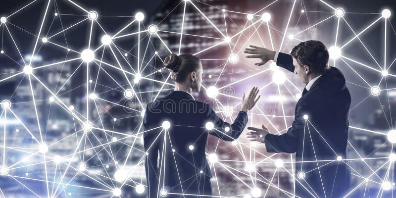 Concept sociaal verbinding en voorzien van een netwerk tegen de mening van de nachtstad en partners die in samenwerking werken royalty-vrije stock foto's