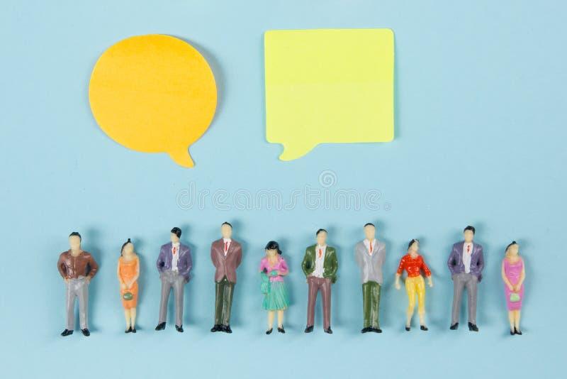 Concept social de causerie de media Vides jaunes vident la bulle de causerie pour le texte sur le fond bleu Symbole de causerie v photos stock
