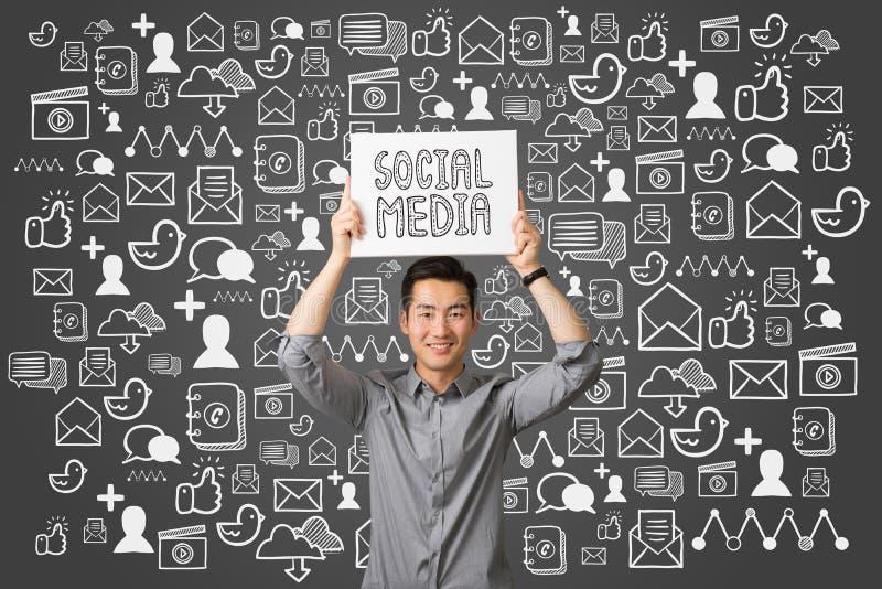 Concept social de communication de media de jeune présent d'homme d'affaires photos libres de droits