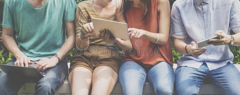 Concept social de jeunes adolescents de mode de vie d'amis images stock