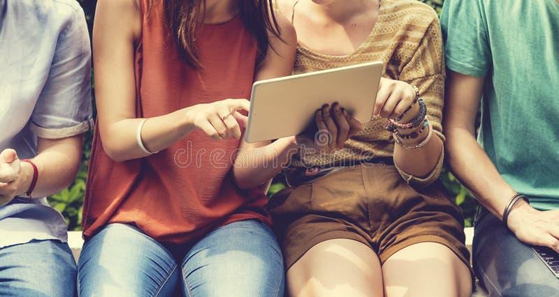 Concept social de jeunes adolescents de mode de vie d'amis photographie stock libre de droits