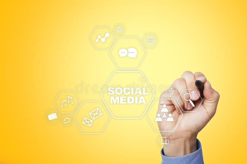 Concept social de media sur l'écran virtuel SMM vente Communication et technologie d'Internet images libres de droits