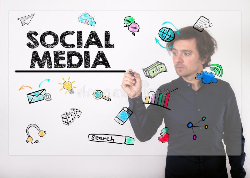 Concept social de medias Écriture d'homme d'affaires avec le marqueur noir sur v images stock
