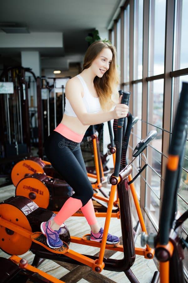 Concept sport en gezonde levensstijl Sterk jong mooi w royalty-vrije stock foto
