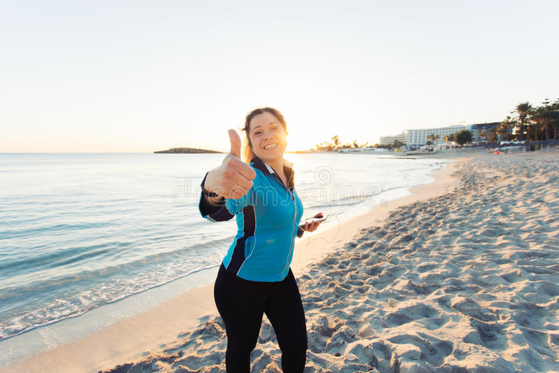 Concept sport, fitness, het gezonde levensstijl en lopen - het Gemotiveerde sportieve vrouw doen beduimelt omhoog succesgebaar da royalty-vrije stock afbeeldingen