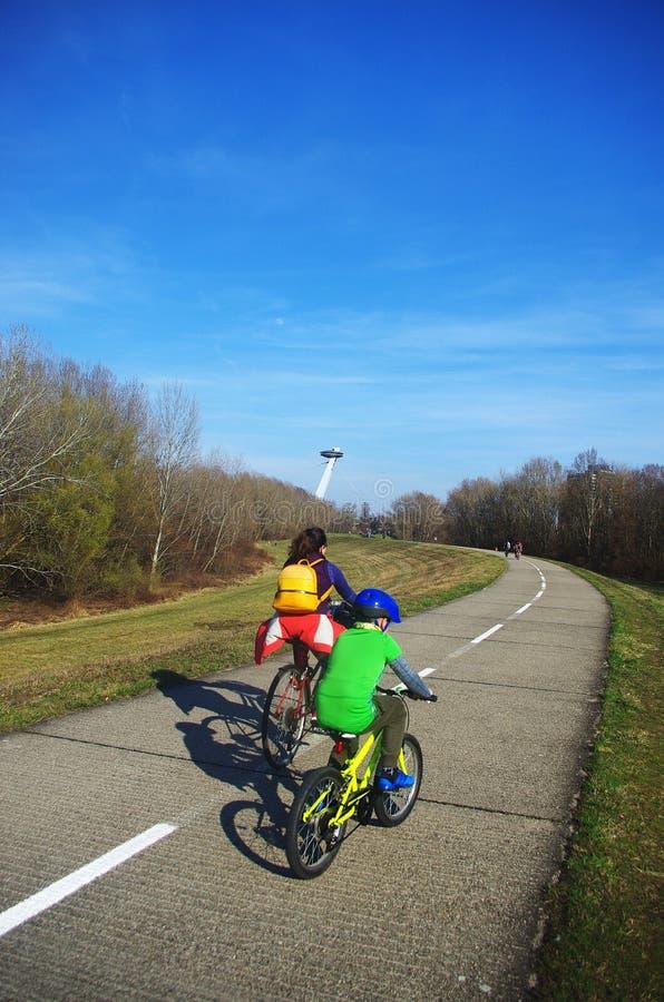 Concept sportif, mère et fils en vélo sur la route, mode de vie sain images stock