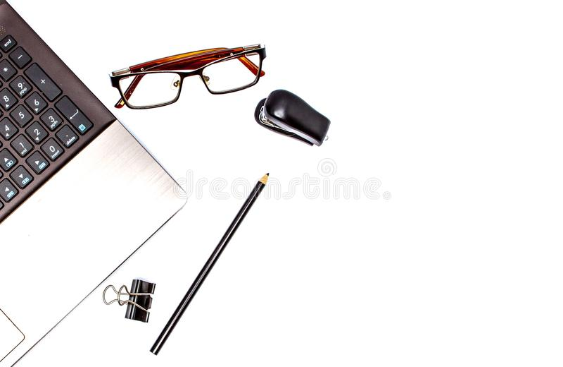 Concept stationnaire, photo plate de vue supérieure de configuration d'ordinateur portable, crayon, trombones agrafés et, oculair photos libres de droits