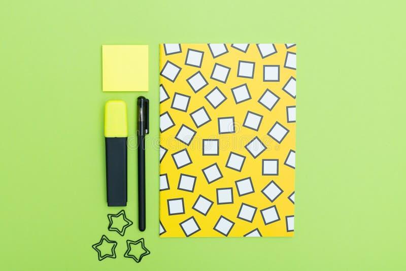 Concept stationnaire, photo plate de vue supérieure de configuration des agrafes de fournitures scolaires, note collante et bloc- image stock