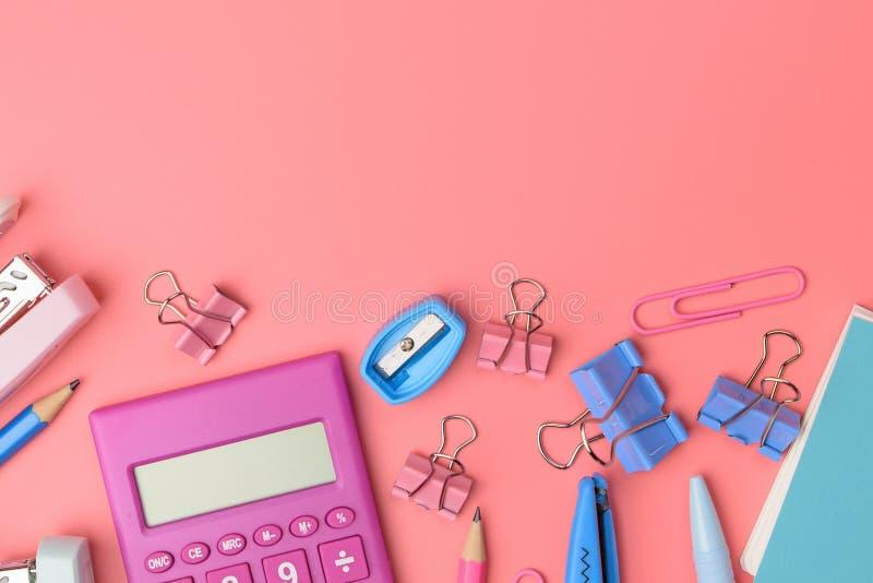 Concept stationnaire, photo plate de vue supérieure de configuration des ciseaux, crayons images libres de droits
