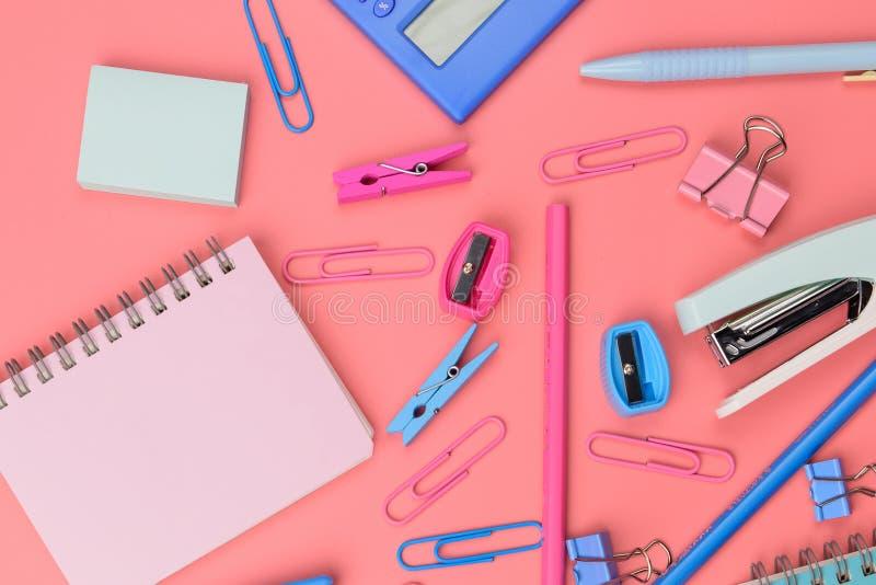 Concept stationnaire, photo plate de vue supérieure de configuration des ciseaux, crayons photos stock