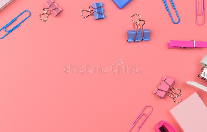 Concept stationnaire, photo plate de vue supérieure de configuration des ciseaux, crayons images stock
