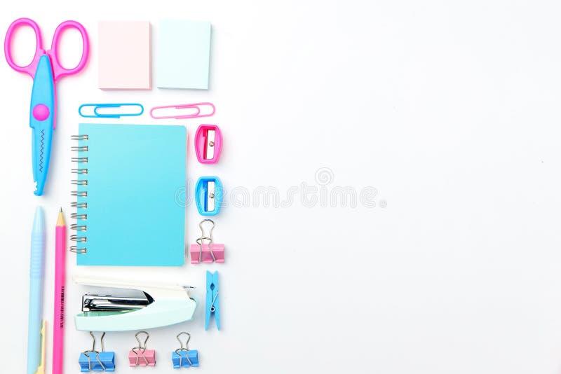 Concept stationnaire, photo plate de vue supérieure de configuration des fournitures scolaires s photographie stock libre de droits