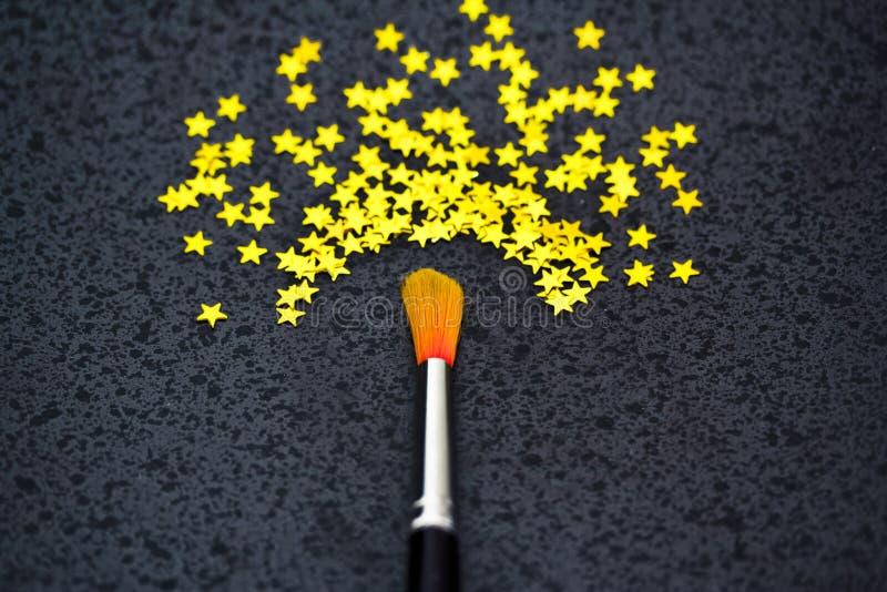 Concept succes: borstel het schilderen sterren stock afbeeldingen