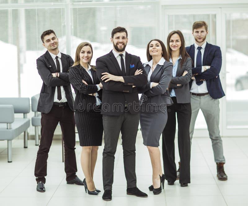 Concept succes in zaken: een stevig commercieel team zich naast die elkaar bevinden en wapens die voor hem worden gekruist stock afbeelding