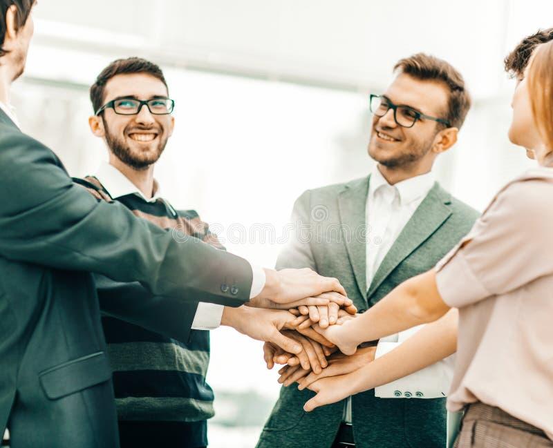 concept succes in zaken: vriendschappelijke commerciële team status royalty-vrije stock foto's