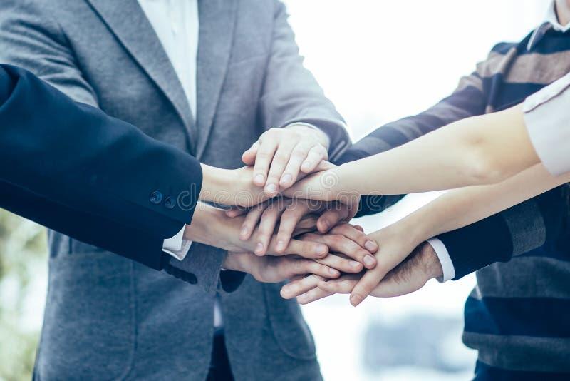 concept succes in zaken: vriendschappelijke commerciële teamvervanger royalty-vrije stock afbeelding