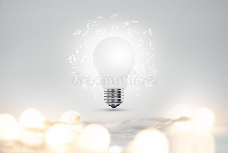 Concept sur le sujet des idées et de l'éducation Une ampoule réaliste avec des guirlandes et un ensemble d'icône de griffonnage d image libre de droits