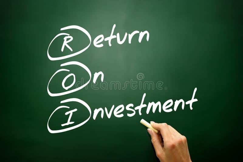 Concept tiré par la main du retour sur l'investissement (ROI), stratégie commerciale images libres de droits