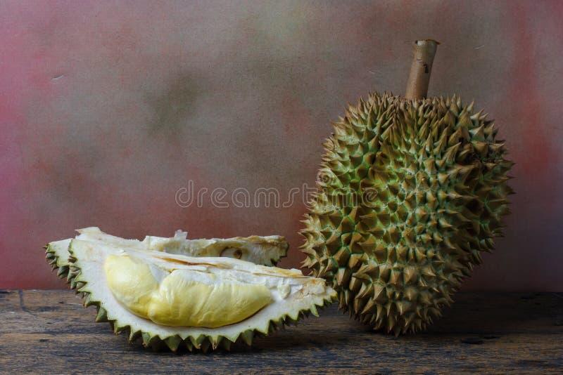 Concept toujours de la vie, durian sur le fond en bois photos libres de droits