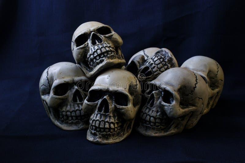 Concept toujours de photographie de la vie avec le crâne humain sur ouvrier bleu-foncé photo libre de droits