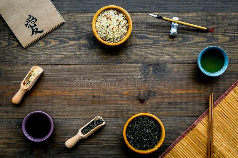 Concept traditionnel chinois de symboles Thé, riz, symbole d'hiéroglyphe, tapis de bambootabe, baguettes, sause de soja sur en bo images stock