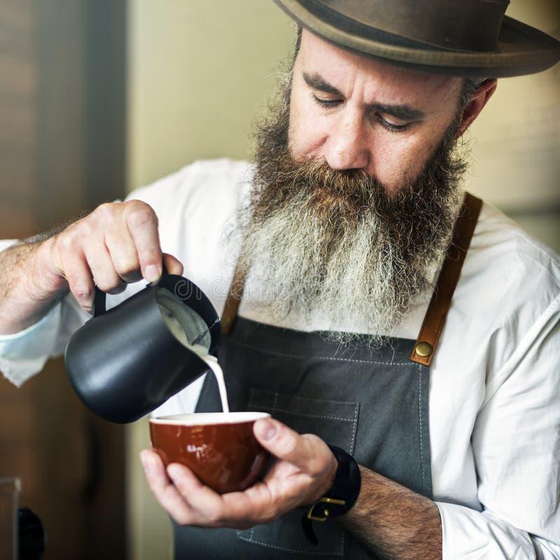 Concept travaillant de jeune entreprise de Pouring Coffee Cafe de barman photo libre de droits