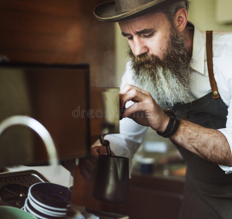Concept travaillant de jeune entreprise de Pouring Coffee Cafe de barman photos stock
