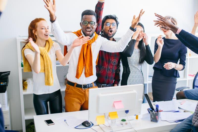 Concept triomf de gelukkige bedrijfswinnaars heffen hun handen op stock foto's