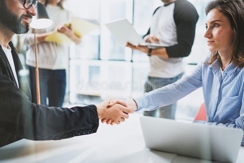 Concept twee het proces van het medewerkershandenschudden Bedrijfsvennootschaphanddruk Succesvolle overeenkomst na grote vergader royalty-vrije stock foto's